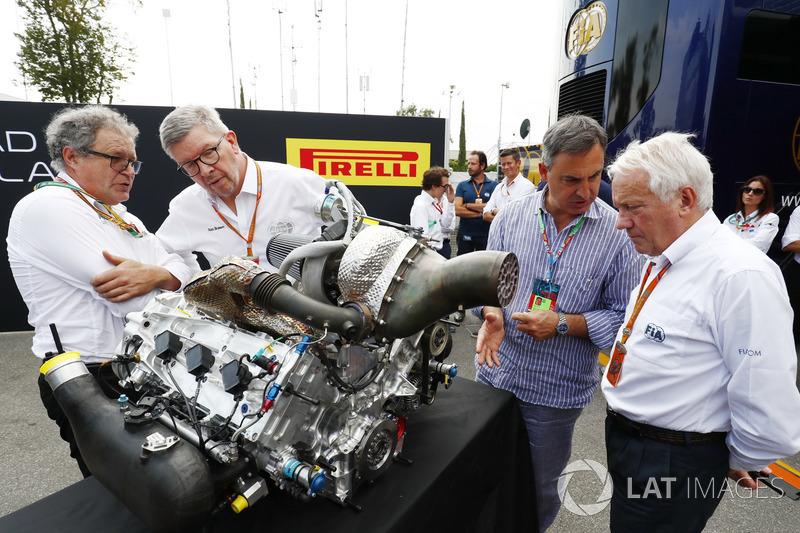 Didier Perrin, Ross Brawn, Charlie Whiting mit dem neuen Formel-2-Motor für 2018