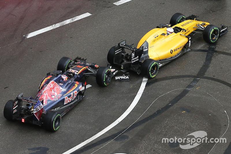 Daniil Kvyat, Scuderia Toro Rosso STR11 e Kevin Magnussen, Renault Sport F1 Team RS16 si toccano