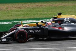 Дженсон Баттон, McLaren MP4-31 и Кевин Магнуссен, Renault Sport F1 Team RS16 - борьба за позицию