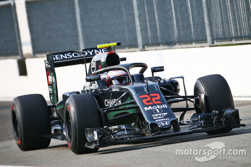 Jenson Button, McLaren MP4-31 con il dispositivo Halo