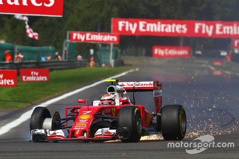 Kimi Raikkonen, Ferrari SF16-H con una foratura all'inizio della gara