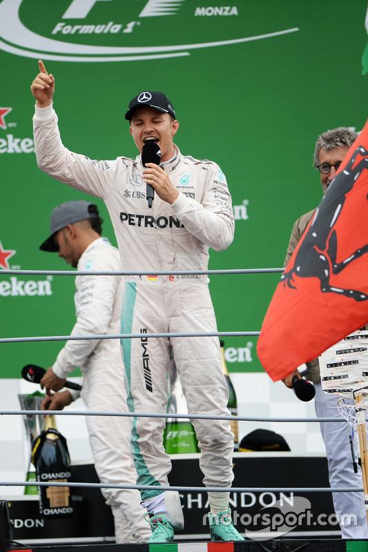Le vainqueur Nico Rosberg, Mercedes AMG F1, chante devant la foule sur le podium