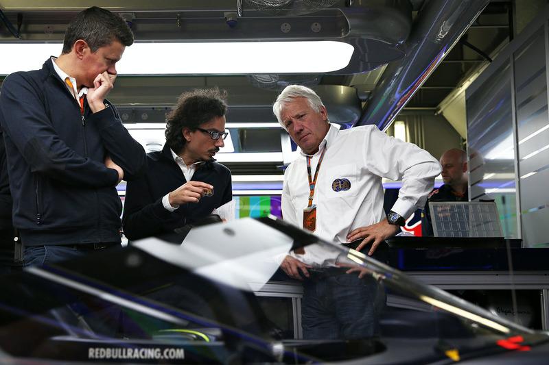 Делегат FIA Чарлі Вайтінг інспектує Red Bull Racing RB12 із системою Аeroscreen