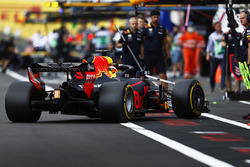 Daniel Ricciardo, Red Bull Racing RB14, torna ai box