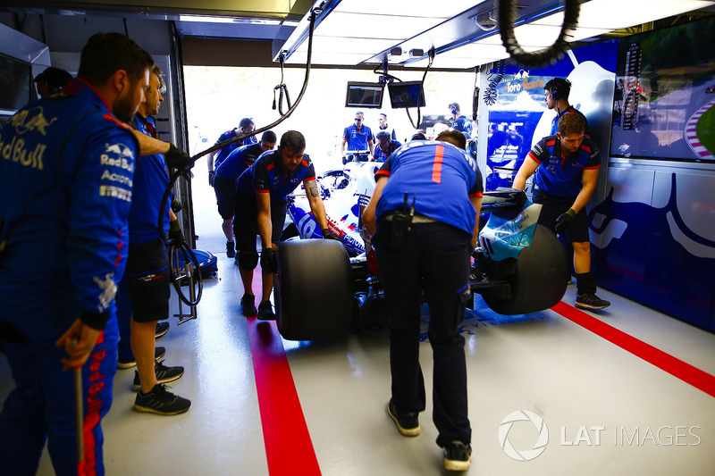 Pierre Gasly, Toro Rosso STR13, is returned to the garage