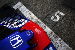 La voiture de Pierre Gasly, Toro Rosso STR13 Honda, sur la grille