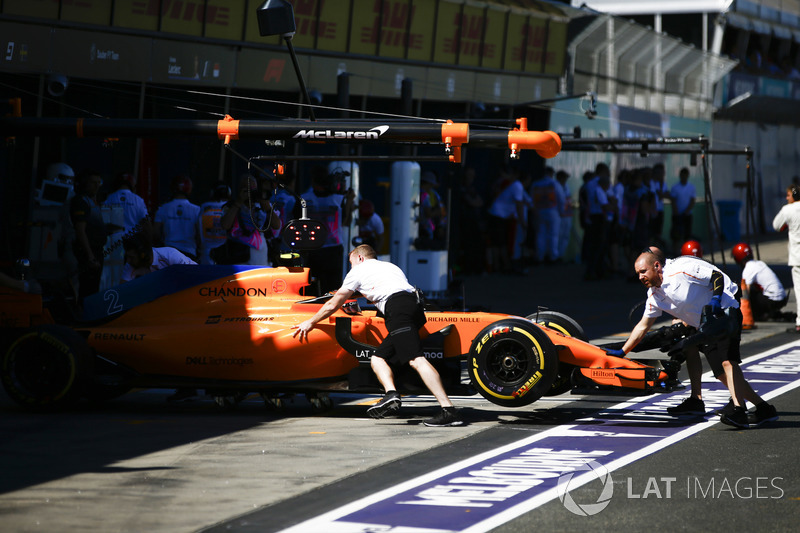 Stoffel Vandoorne, McLaren MCL33 Renault, is returned to the garage