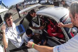 Trabajos en uno de los autos de la Porsche GT3 Cup Trophy Argentina