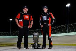 Campeón 2017 Christopher Bell, Kyle Busch Motorsports Toyota, jefe de equipo Ryan Fugle