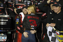 Ganador de la carrera Austin Dillon, Richard Childress Racing Chevrolet Camaro con su esposa