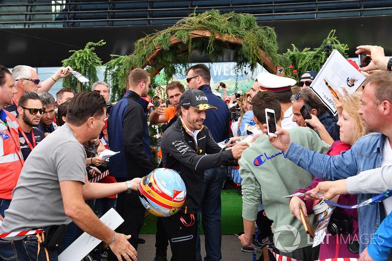 Fernando Alonso, McLaren signs autographs for the fans