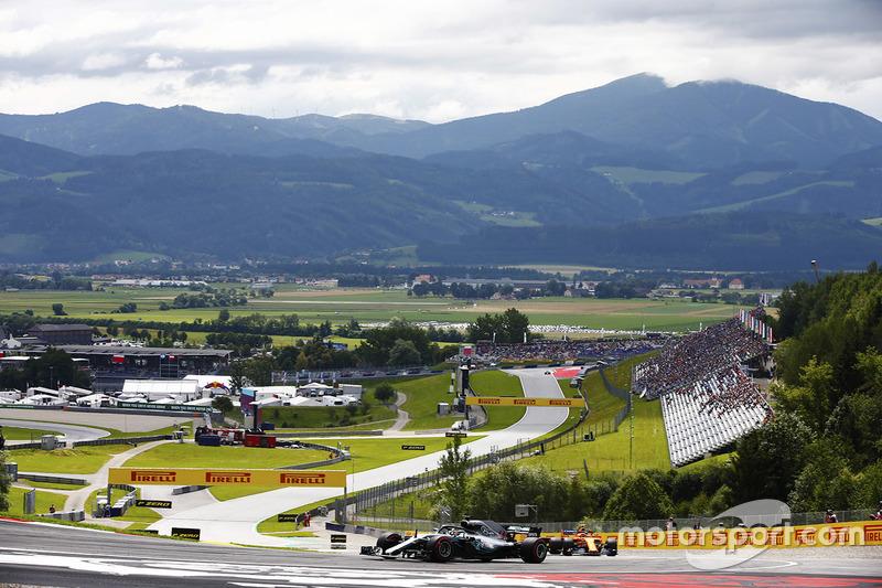 Lewis Hamilton, Mercedes AMG F1 W09, y Stoffel Vandoorne, McLaren MCL33