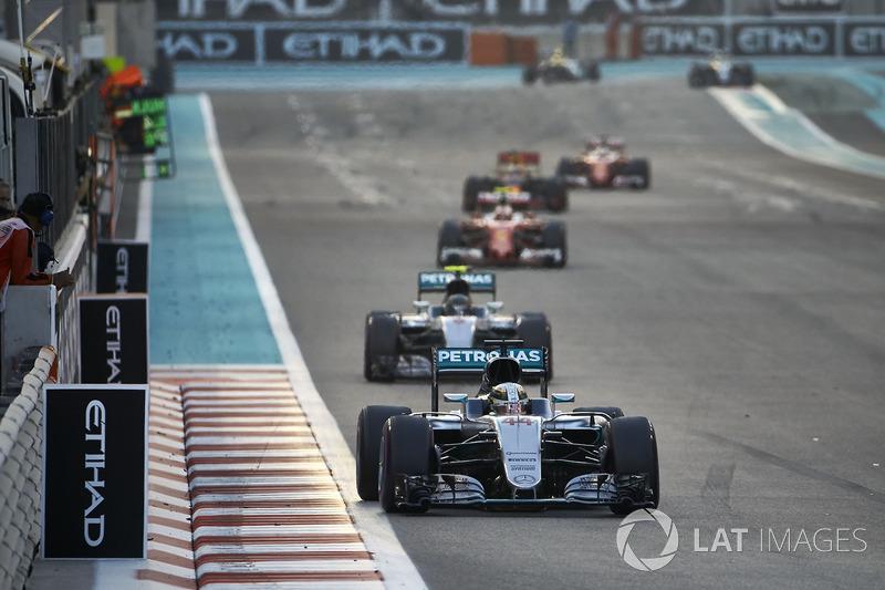 Льюіс Хемілтон, Mercedes F1 W07 Hybrid, lпопереду НІко Росберга Mercedes F1 W07 Hybrid