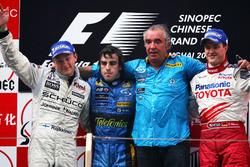 Podio: segundo puesto Kimi Raikkonen, McLaren, ganador de la carrera Fernando Alonso, Renault F1, Flavio Briatore, director del equipo Renault F1, tercer puesto Ralf Schumacher, Toyota