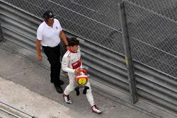 Charles Leclerc, Sauber rentre à pied après son abandon