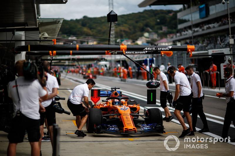 Lando Norris, McLaren MCL33, pit stop