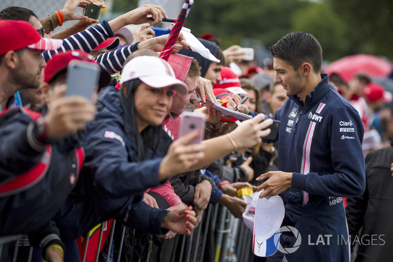 Esteban Ocon, Racing Point Force India F1 Team memberi tanda tangan