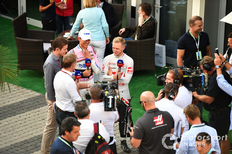 Kevin Magnussen, Haas F1 Team et Esteban Ocon, Racing Point Force India F1 Team parlent avec Paul di Resta, Sky TV et Simon Lazenby, Sky TV