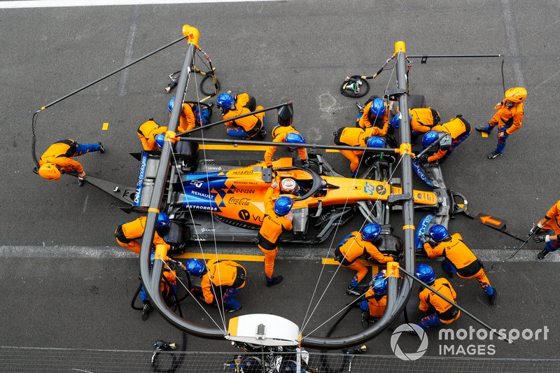 Carlos Sainz Jr., McLaren MCL34, makes a stop