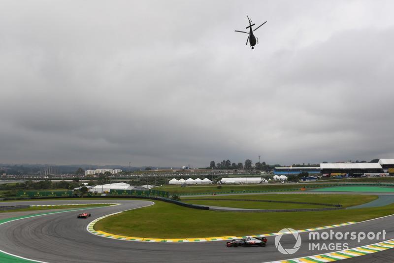 Romain Grosjean, Haas F1 Team VF-18 et un hélicoptère