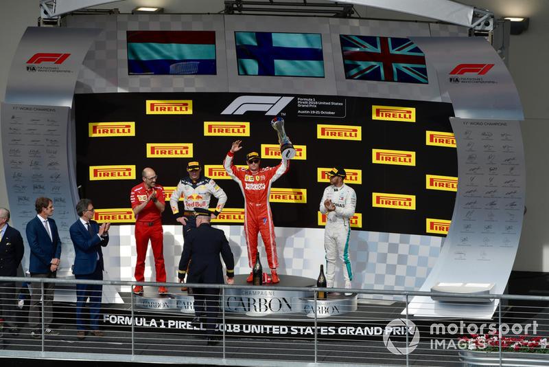 Карло Санті, гоночний інженер Ferrari, Макс Ферстаппен, Red Bull Racing, Кімі Райкконен, Ferrari, та Льюіс Хемілтон, Mercedes AMG F1 святкують з шампанським на подіумі