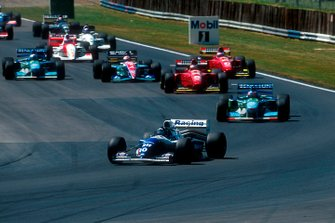 Damon Hill, Williams FW16, devant Michael Schumacher, Benetton B194