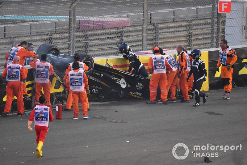 Les équipes médicales aident Nico Hulkenberg, Renault Sport F1 Team R.S. 18 après son crash