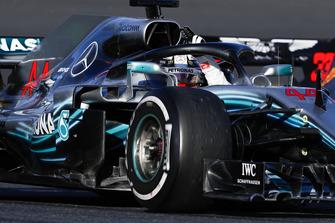 Lewis Hamilton, Mercedes AMG F1 W09, waves to fans