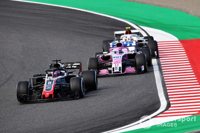 Romain Grosjean, Haas F1 Team VF-18, Sergio Perez, Racing Point Force India VJM11 y Charles Leclerc, Sauber C37 battle