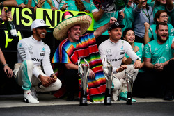 Race winner Lewis Hamilton, Mercedes AMG F1 and team mate Nico Rosberg, Mercedes AMG F1 celebrate with the team
