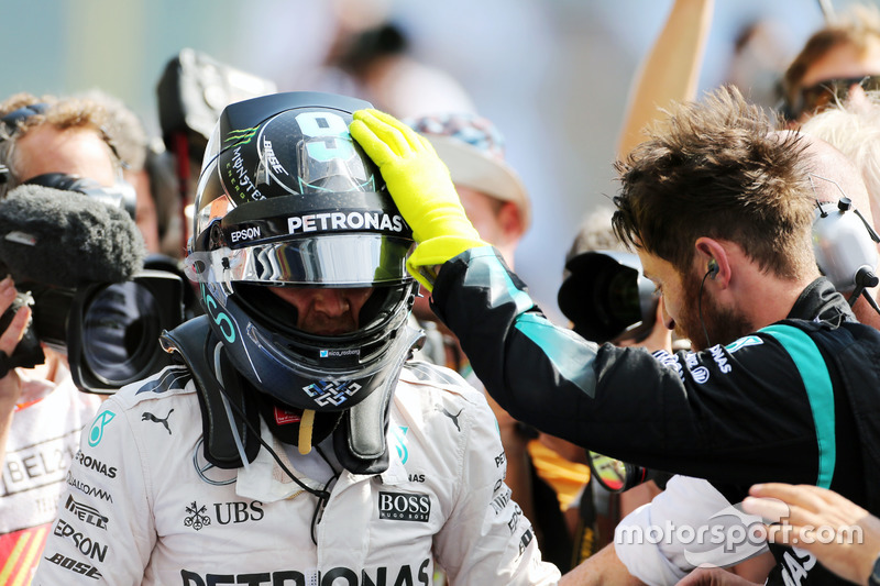Il vincitore della gara Nico Rosberg, Mercedes AMG F1 W07 Hybrid entra nel parco chiuso