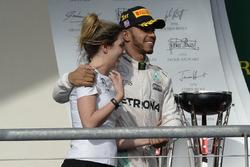 Льюис Хэмилтон, Mercedes AMG F1, и Виктория Ваулз, директор Mercedes AMG F1 по работе с партнерами