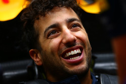 Daniel Ricciardo, Red Bull Racing lacht in de garage