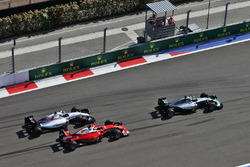 Нико Росберг, Mercedes AMG F1 Team W07 едет впереди Кими Райкконена, Ferrari SF16-H и Валттери Боттаса, Williams FW38