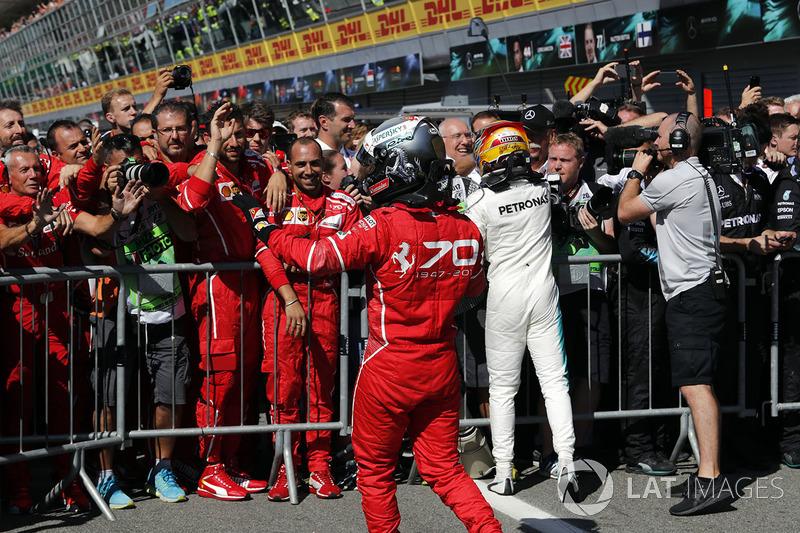 Sebastian Vettel, Ferrar iy Ganador de la carrera Lewis Hamilton, Mercedes AMG F1 celebra en parc f