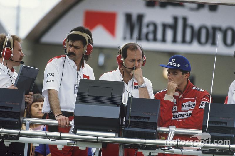 Ayrton Senna, McLaren MP4/4 Honda, sur le muret des stands avec Ron Dennis et Gordon Murray après sa disqualification