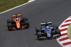 Маркус Эрикссон, Sauber C36, и Фернандо Алонсо, McLaren MCL32