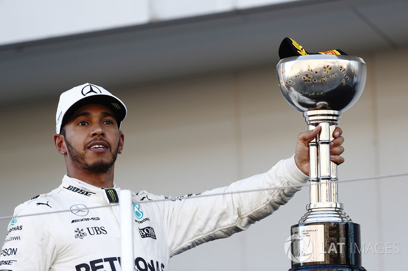 Lewis Hamilton, Mercedes AMG F1, celebra com o troféu