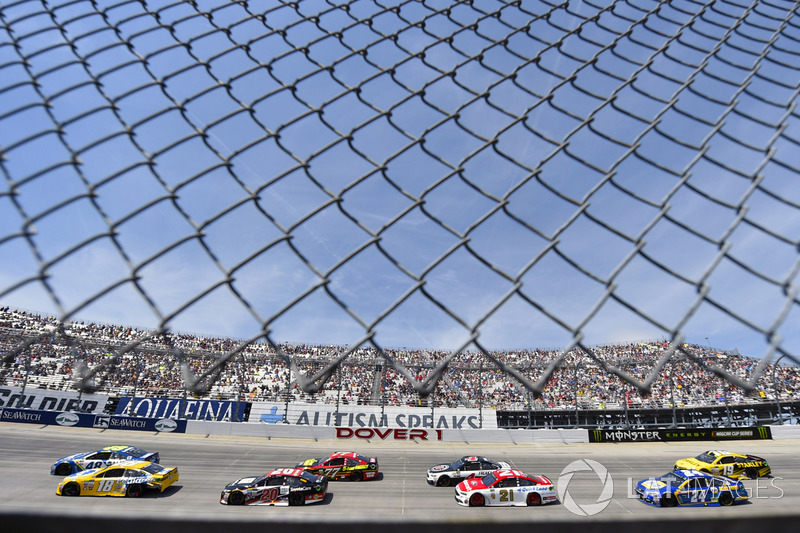 Jimmie Johnson, Hendrick Motorsports, Chevrolet; Kyle Busch, Joe Gibbs Racing, Toyota