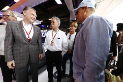 Sean Bratches, Director of Comercial Formula One Group, Chase Carey, presidente Formula One, Woody Harrelson