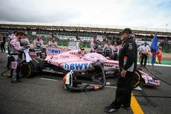 Dr. Vijay Mallya, Sahara Force India Formula One Team takım sahibi ve Esteban Ocon, Sahara Force India VJM10