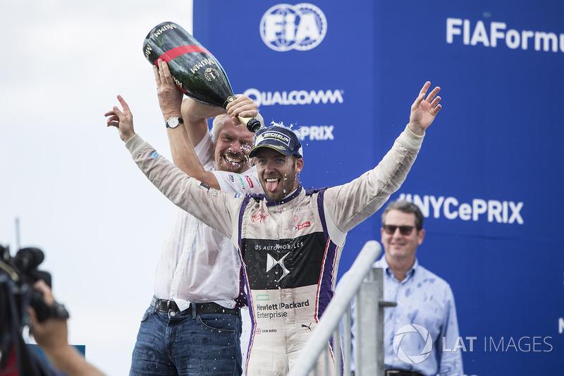 Sir Richard Branson y Sam Bird, DS Virgin Racing, rocían la Champaña en el podio