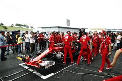 Механики Ferrari пытаются починить автомобиль SF70H Кими Райкконена
