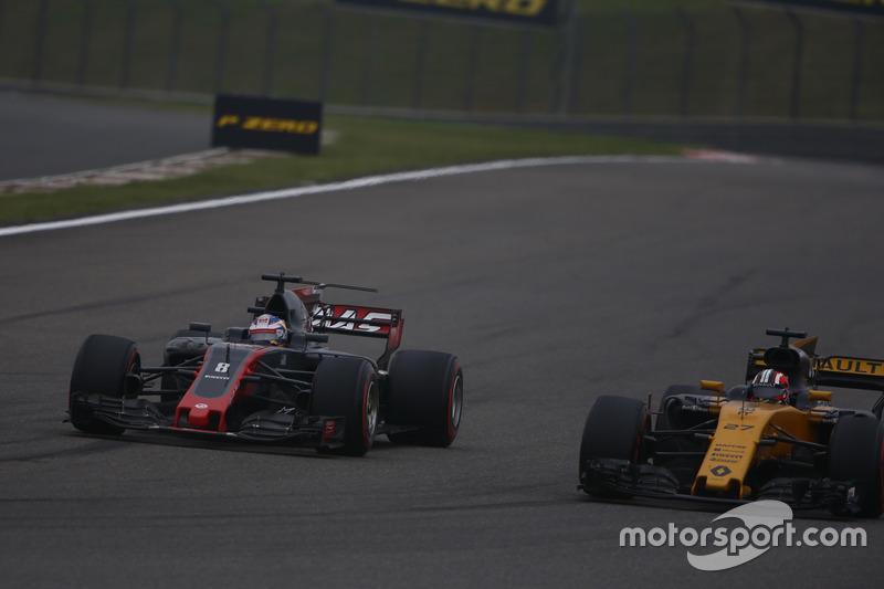 Romain Grosjean, Haas F1 Team VF-17, leads Nico Hulkenberg, Renault Sport F1 Team RS17