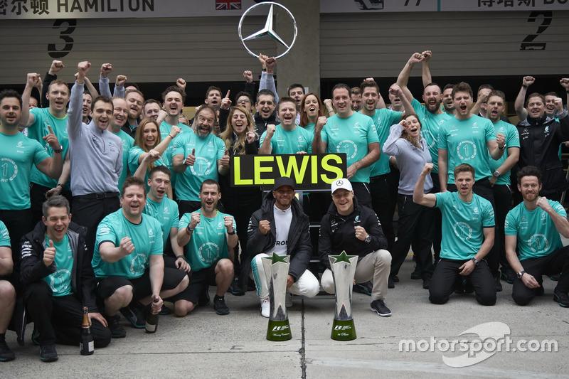 Sieger Lewis Hamilton, Mercedes AMG, und Valtteri Bottas, Mercedes AMG, feriert mit dem Team