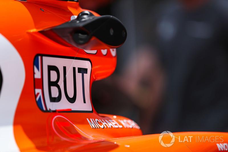 El coche de Jenson Button, McLaren MCL32 en pit lane