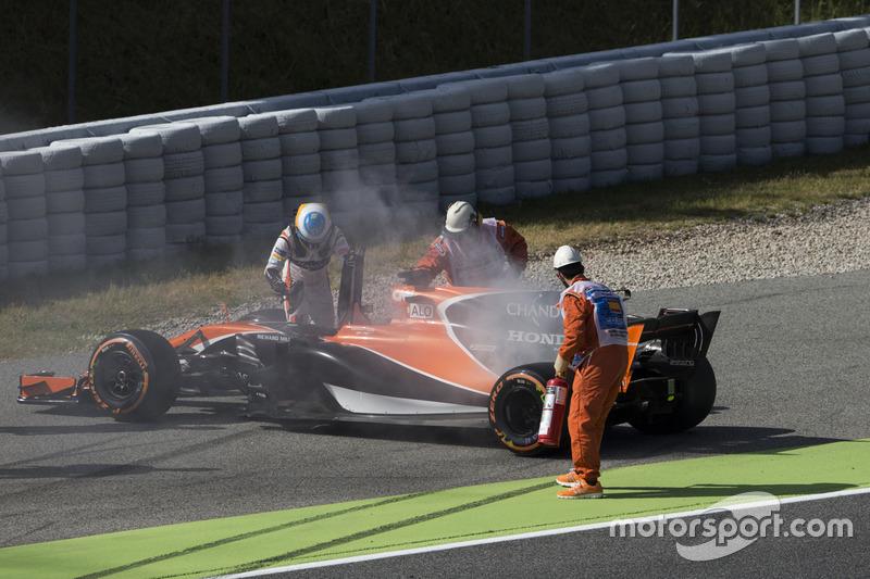 Fernando Alonso, McLaren MCL32, con problemas de motor