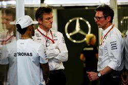 Гонщик Mercedes AMG F1 Льюис Хэмилтон, технический директор команды Джеймс Эллисон и гоночный инженер Питер Боннингтон