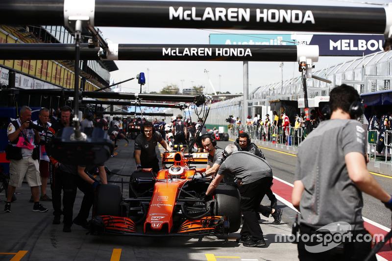 Stoffel Vandoorne, McLaren MCL32, en los pits