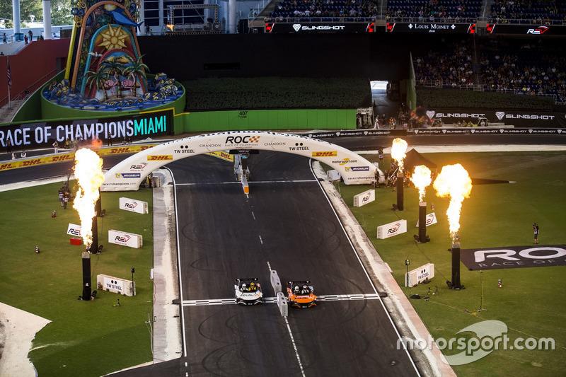 Jenson Button, supera a Kyle Busch, ien el VUHL 05